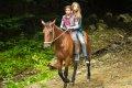 04_NELLYS ABENTEUER_Nelly und Tibi auf dem Pferd @INDI FILM.jpg