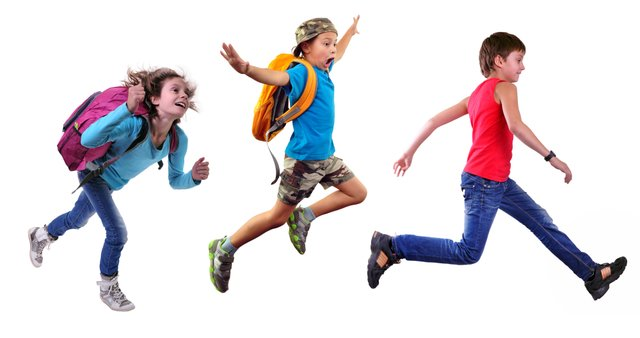 Schulranzen Kinder springen