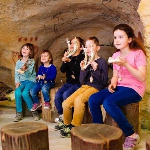 Hoehlenraum Steinzeitwerkstatt Kinder