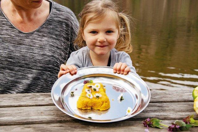 Rezept: Süßer Polenta-Kuchen mit Wildkräutern