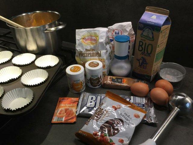 Die Zutaten für Halloween-Muffins mit Kürbis