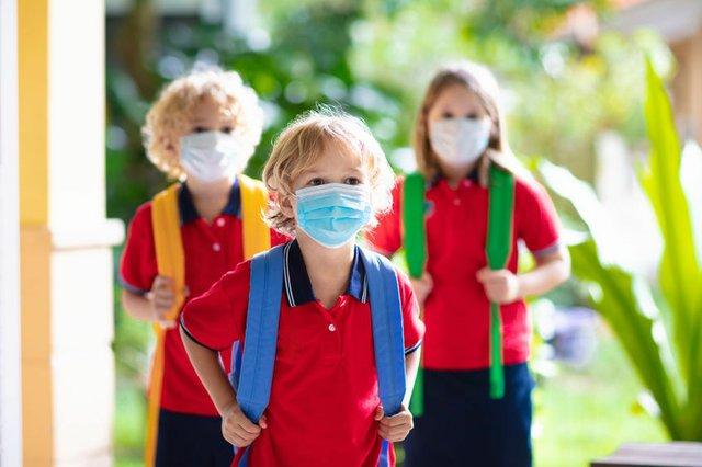 Schulkinder mit Corona-Maske