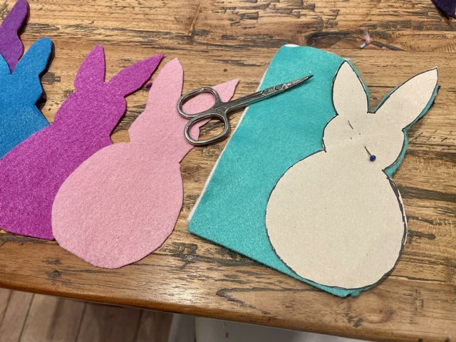 4 Osterhasen mit kleiner Schere ausschneiden